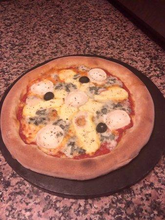 Prevessin Moens, Francja: 4 fromage, tomate,mozzarella,chèvre,reblochon,roquefort