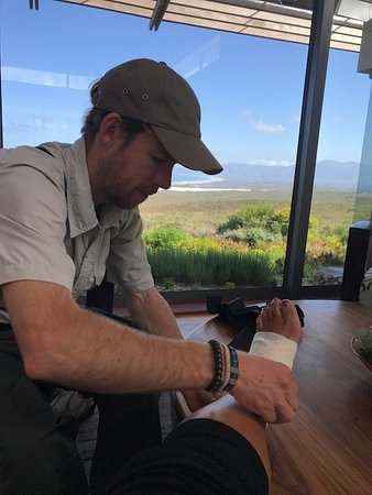 Grootbos Private Nature Reserve, Zuid-Afrika: Jono tending to my broken ankle