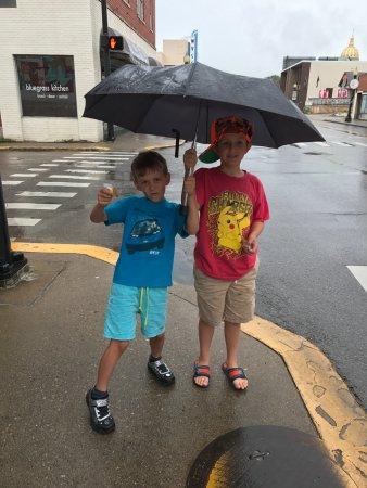 Charleston, Virginia Occidental: standing on corner across the street