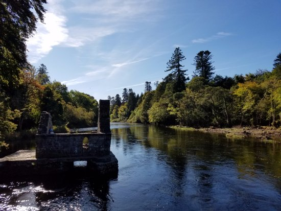 Cong, Irlanda: View of the Monk's House and River, mid-morning