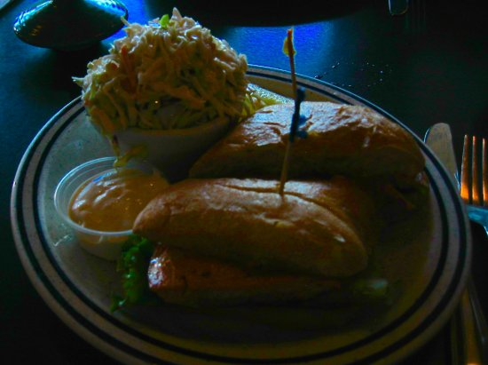 Dooger's Seafood & Grill: Grilled salmon sandwich with cole slaw