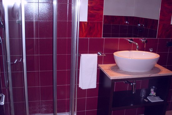 Pascucci Al Porticciolo Hotel: tiny shower for tall people