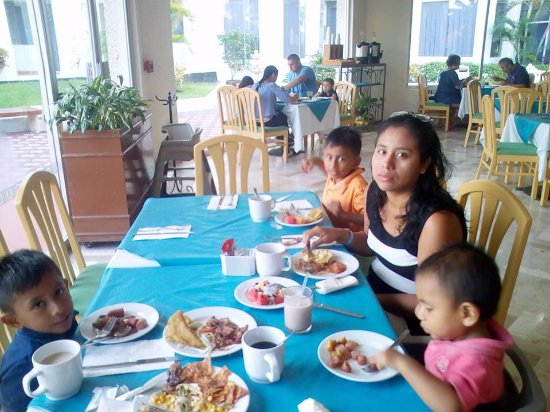 Aquamarina Beach Hotel: desayuno con mi familia