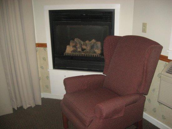 Rockport, Мэн: Cozy chair near gas fireplace.