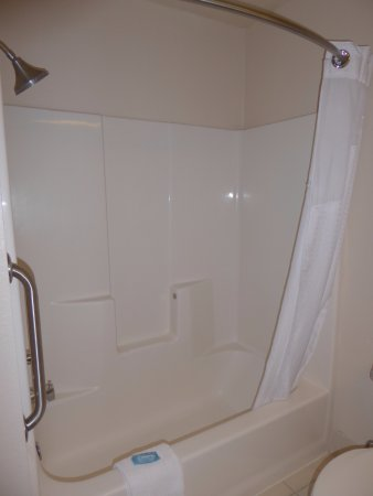 Arcata/Eureka Holiday Inn Express: Gleaming Shower with Curved Rod
