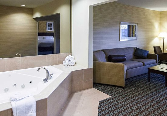 Fairfield Inn & Suites Somerset: King Whirlpool Suite - Living Area