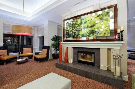 Hilton Garden Inn St. Charles: Lobby Area Mantle