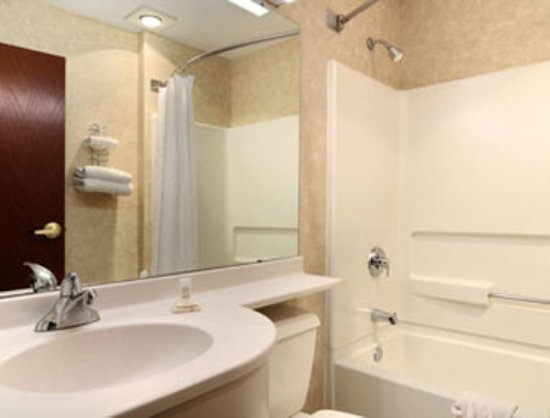 Microtel Inn & Suites by Wyndham Decatur: Bathroom