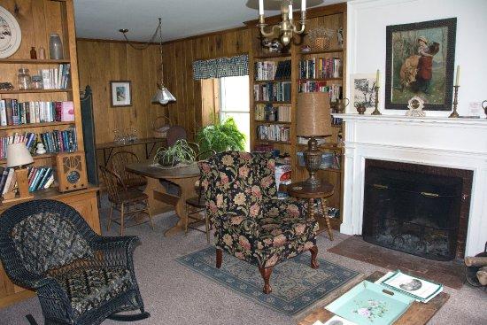 Hollister Hill Farm B&B: Living room