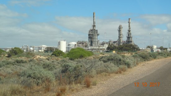 Whyalla, Australië: Close up of the refinery at port Bonython on road to Point Lowly