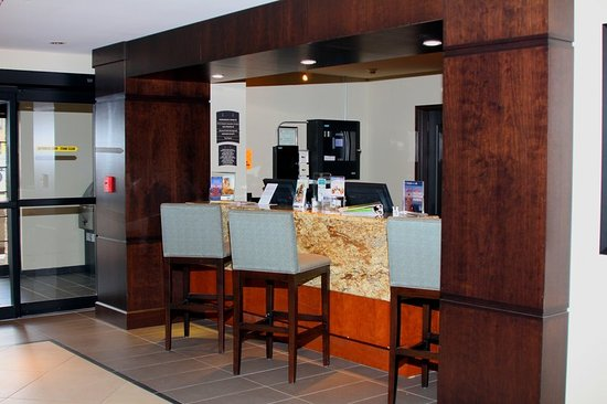 Liverpool, NY: Front Desk