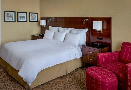East Elmhurst, NY: King Guest Room - Amenities