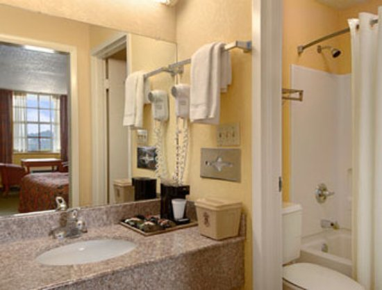 Super 8 Downtown Airport Area: Bathroom