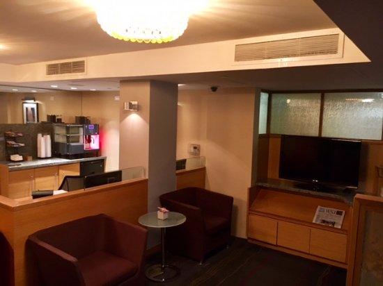 The Jewel facing Rockefeller Center: The Livingroom/business area