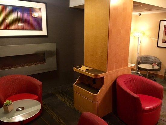 The Jewel facing Rockefeller Center: Livingroom/business area