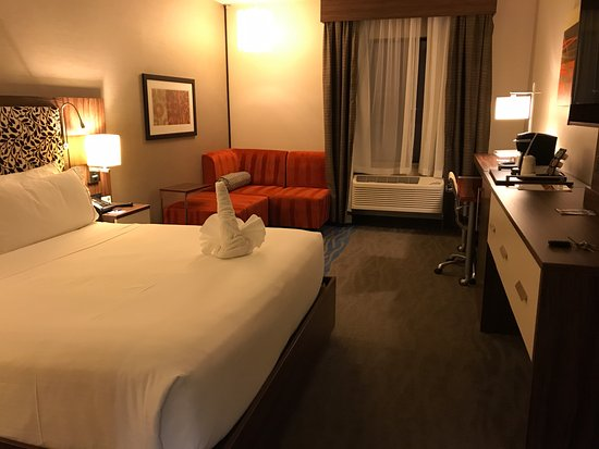 Holiday Inn Express: View of a, king-size bed standard room