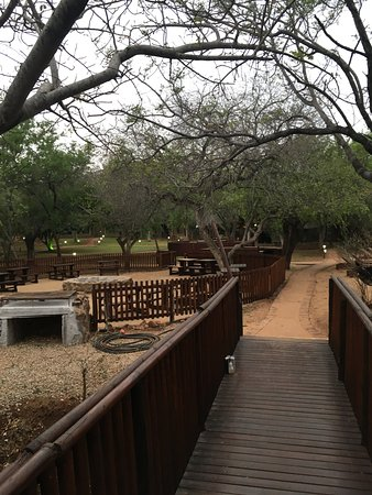 Malelane, Zuid-Afrika: Bridge looking over to entrance/main building/picnic area (pool is forward/to the right of bridg