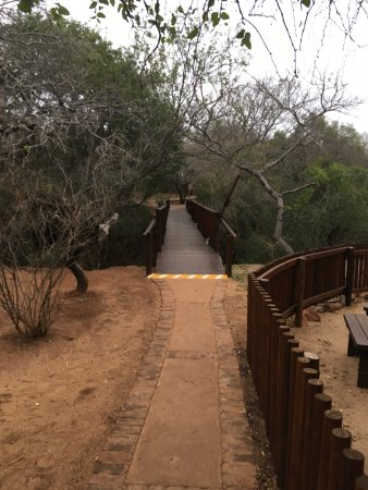 Malelane, Zuid-Afrika: Bridge that leads to the guest rooms.