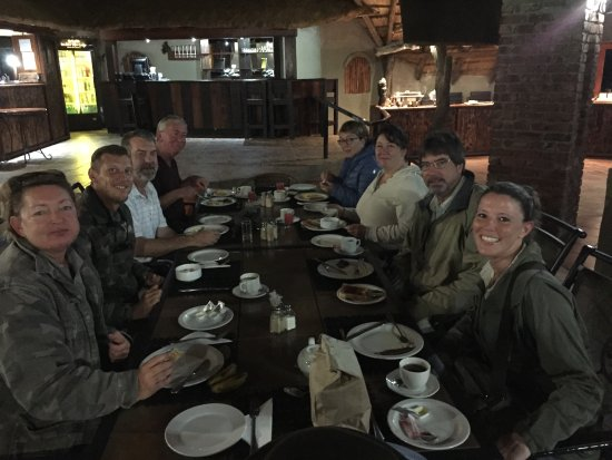 Malelane, Sør-Afrika: Our breakfast group. Behind (from left to right): Reception Desk, Bar, Buffet Station.