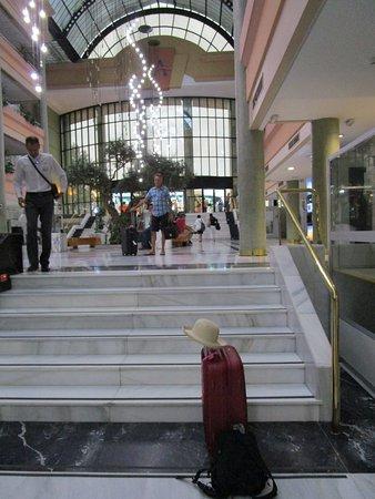 Hotel TRH Alcora: 2 séries d'escaliers avec les valises!!! une petit ascenseur est réservé aux handicapés