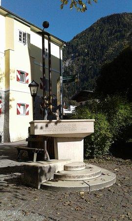 Bad Hofgastein, Østerrike: Thermalwasserbrunnen am Kaiser Franz Platz