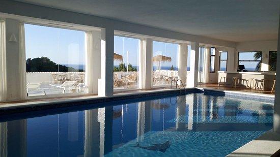San Agusti des Vedra, Spain: Piscina cubierta con vistas impresionantes.