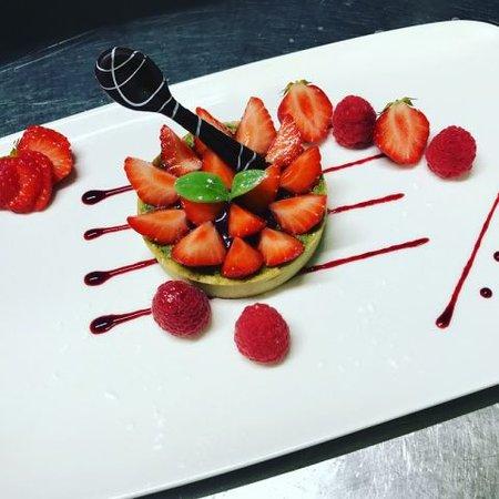 Restaurant Arcombelle : Sablé thé matcha, pesto de pistache au fraises fraiches