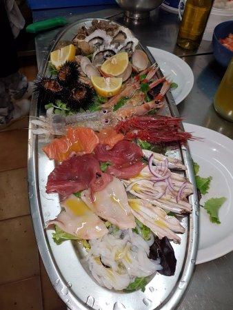 None, Italy: Composizione di pesce, crostacei e molluschi crudi