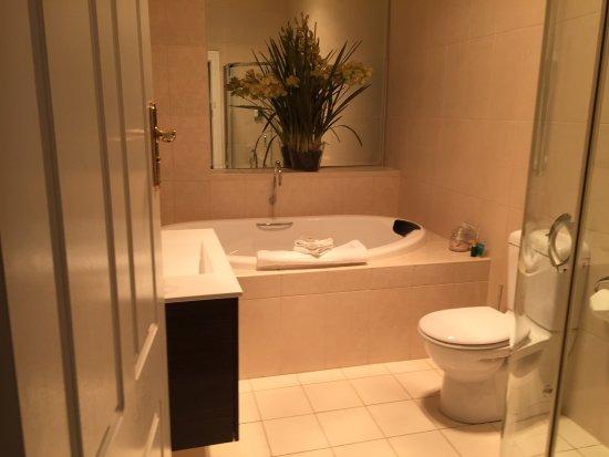 Leura, Australia: Our bathroom with spa😄