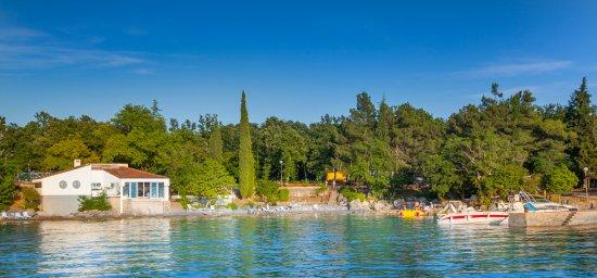 Njivice, Kroatia: Pizzeria is located next to the sea