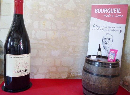 Possibilité de se faire prendre en photo à côté de notre bouteille géante Bourgueil !