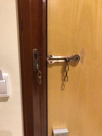 One to One Hotel - The Village: der Knüller, eine getrennte Sicherheitskette, macht ja auch Sinn...