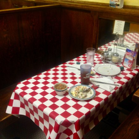 Tomahawk, WI: checkered tablecloths in booths