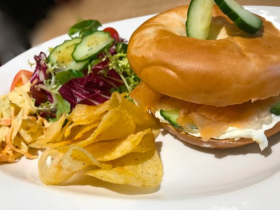 Lowick, UK: Lunch - Smoked salmon and cream cheese on a new york style bagel