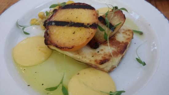 Mamakas: Grilled peach on cheese
