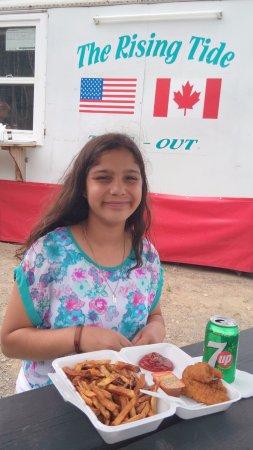 Welshpool, Kanada: Soodfam's Kid-M enjoying her chicken tenders.