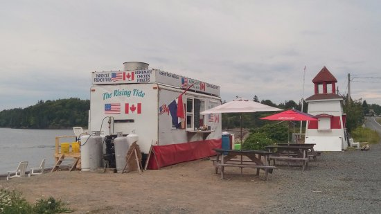 Welshpool, Kanada: Lunch at the water's edge!