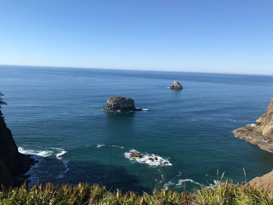 Tillamook, Oregón: Boulders with seabirds on them