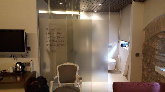 Hotel Museu Llegendes de Girona: Embarrasing bathroom doors