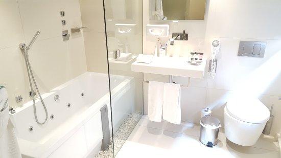 Hotel Museu Llegendes de Girona: Bathroom with Jacuzzi jet bath