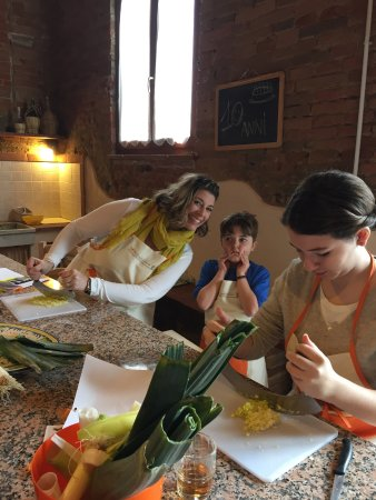 Peccioli, Italy: Prepping in the kitchen