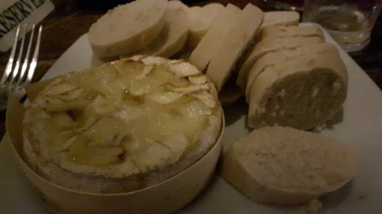 Chippenham, UK: The baked brie with garlic and loads of bread to dip in.