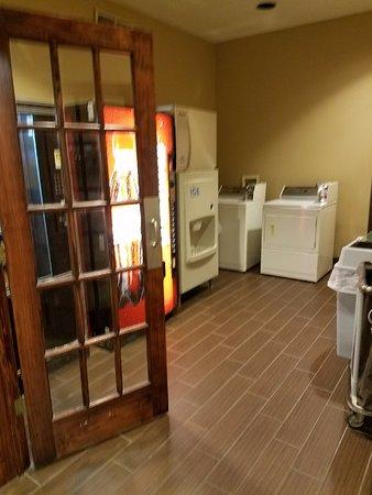 Bethany, MO: Laundry room