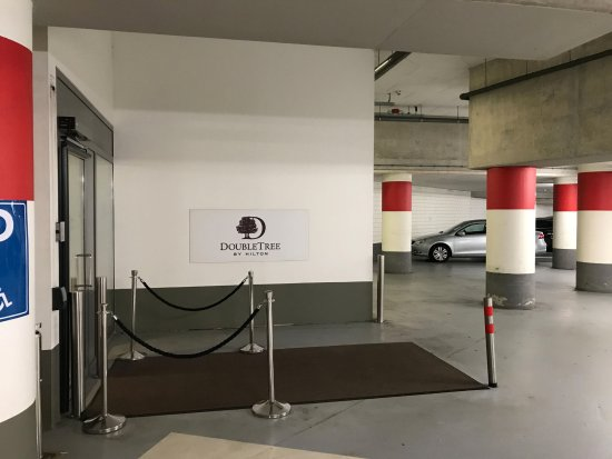 DoubleTree by Hilton Hotel Amsterdam Centraal Station: Entrance to the hotel in Oosterdok parking garage