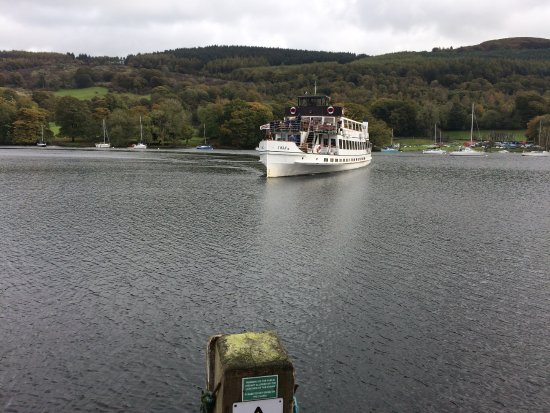 Bowness-on-Windermere, UK: Lake Cruiser coming in to Dock