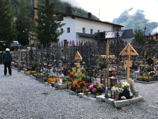 Galtür, Austria: Der Friedhof der Wallfahrtskirche
