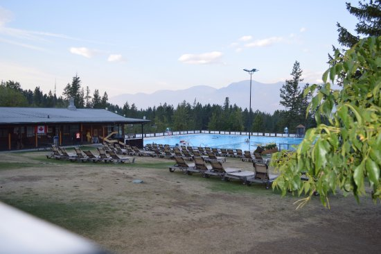 Fairmont Hot Springs, Kanada: Hot/cold pool and diving area with loungers and locker rooms