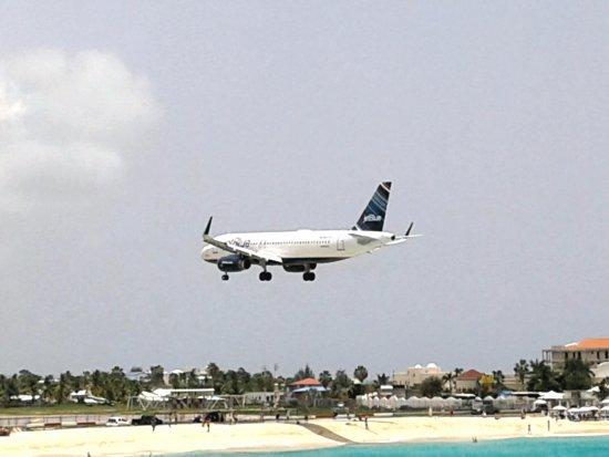 Sunset Beach Bar : Plane flying over