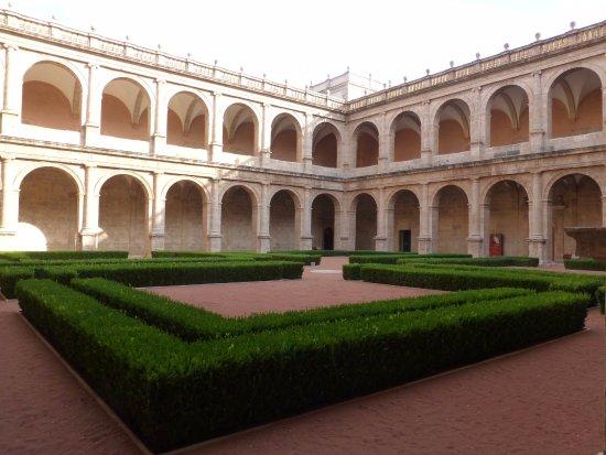 San Miguel de los Reyes Monastery : Jardin del claustro