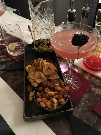 Sofitel London St James: NIbbles served with cocktails!